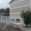 SÃO PEDRO DA ALDEIA – Vento forte arranca portão de condomínio em São Pedro da Aldeia
