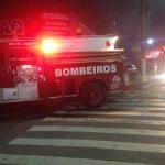 INCÊNDIO – Loja de materiais descartáveis pegou fogo na noite desta terça (22), em Cabo Frio