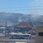 SÃO PEDRO DA ALDEIA – Fogo consome vegetação perto de posto de combustíveis em São Pedro da Aldeia