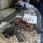 AÇÕES POLICIAIS – Duas pessoas são presas e menor é apreendido com armas, munições e drogas em São Pedro da Aldeia