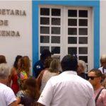 CABO FRIO – Servidores protestam em frente a secretaria de Fazenda de Cabo Frio por conta de atraso nos salários