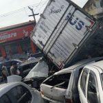 Caminhão desgovernado se envolve em acidente com 10 veículos em Maricá