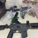 Polícia apreende armas, réplica de fuzil e grande quantidade de drogas em Maricá