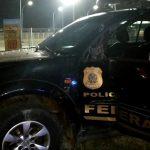 Mulher fica ferida após viatura da Polícia Federal bater em ponto de ônibus em São Pedro da Aldeia