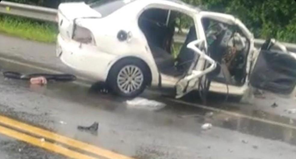 Quatro pessoas da mesma família morrem em acidente envolvendo carreta na BR-101, em Macaé