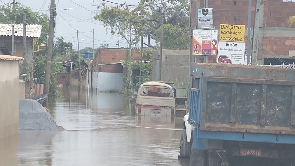 Rua dos Netos, em Bananeiras, também foi afetada pelos alagamentos causados pela chuva — Foto: Paulo Henrique Cardoso/Inter TV RJ