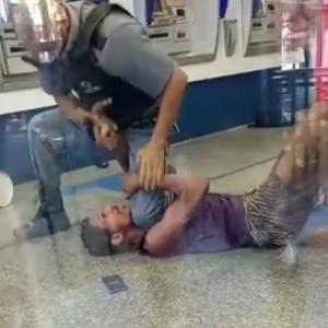Polícia investiga abordagem de segurança que pressionou pescoço de rapaz com o joelho em agência bancária de Cabo Frio