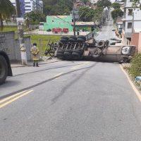 Caminhão-tanque carregado com material asfáltico tomba e deixa rua interditada em Macaé