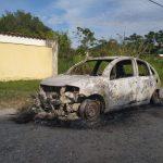 Corpo é encontrado carbonizado dentro do porta-malas de carro incendiado em Maricá