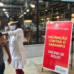 Ponto de vacinação contra o sarampo é montado na RJ-124, a Via Lagos